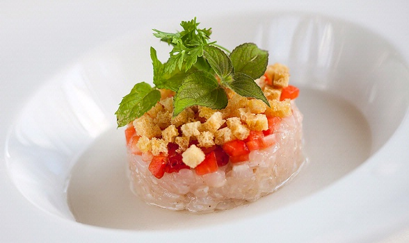 Elisir of roses with seabass tartare, lemon butter, strawberries and crispy breadcrumbs